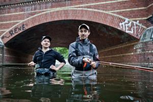 Simon und Ole beim Fliegenfischen in Berlin. Fotos für